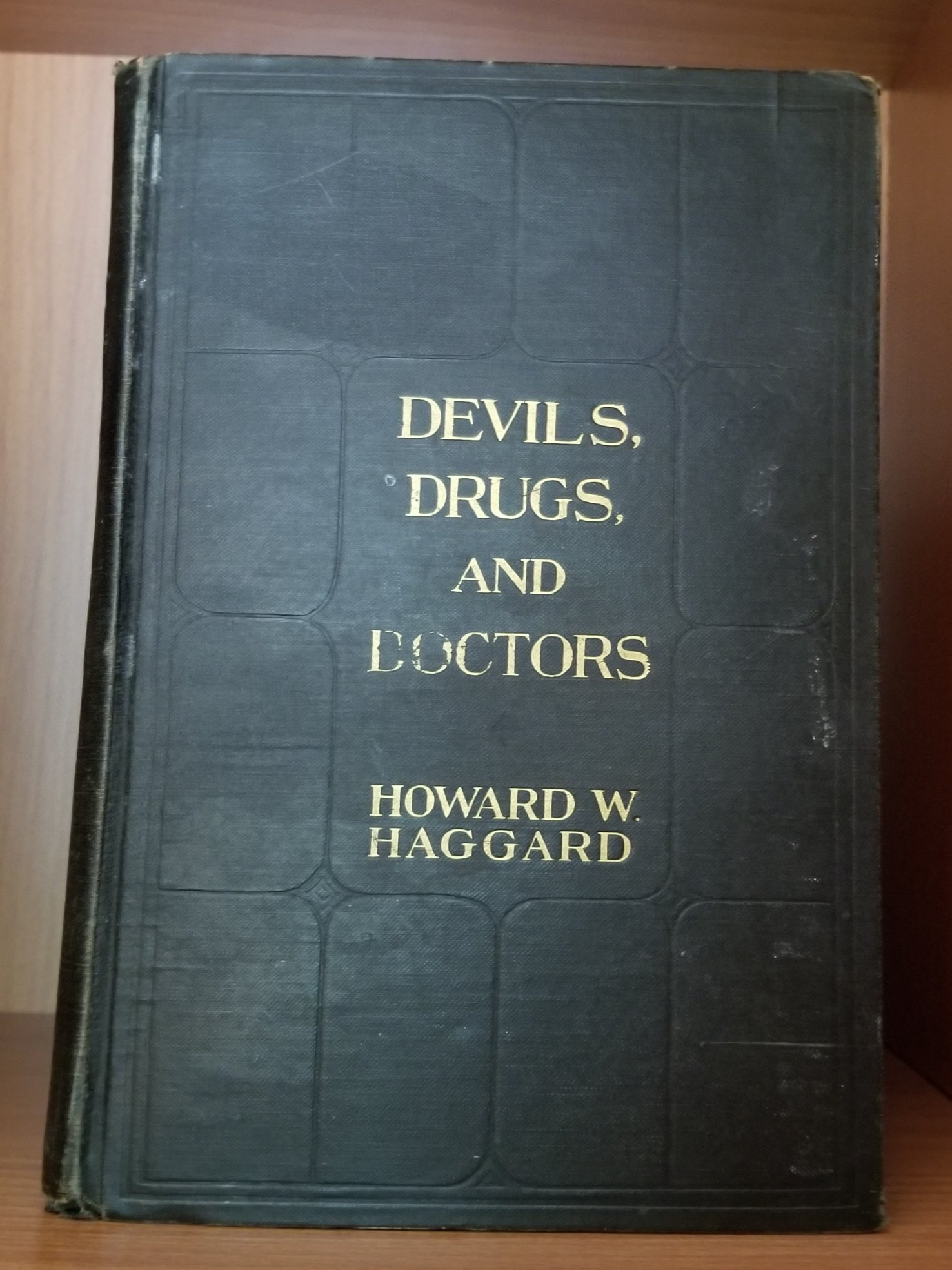 Devils, Drugs and Doctors. The Story of the Science of Healing from Medicine-Man to Doctor.